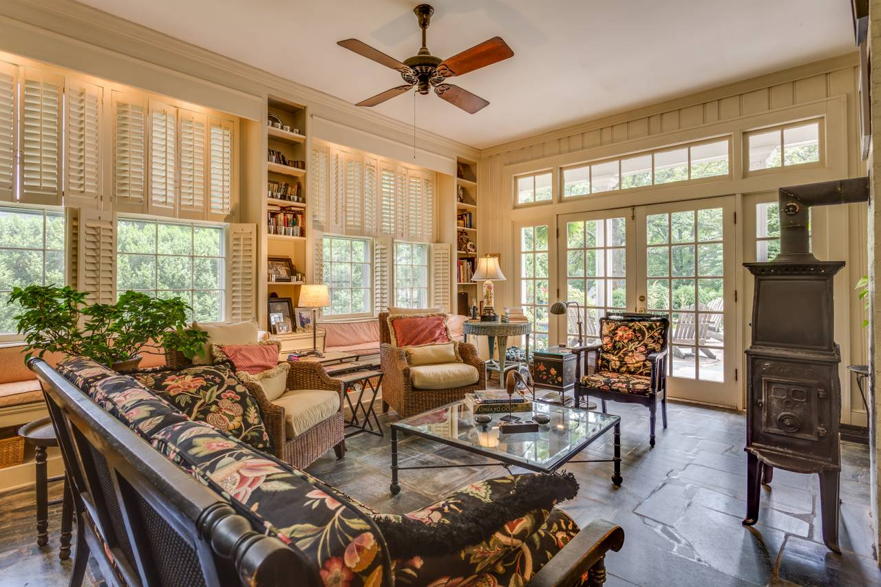 Pocahontas bnb guesthouses for Charlottesville cabin rentals hot tub